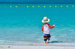 Kleinkind mit zwei J?hrigen, das auf Strand spielt stockfotografie
