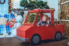 Kleinkind nahe Weihnachtsbaum lizenzfreies stockfoto