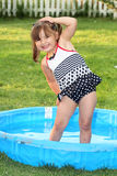 Kleinkind-Sommer-Haltung lizenzfreies stockfoto