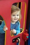 Kleinkind am Spielplatz stockfotografie