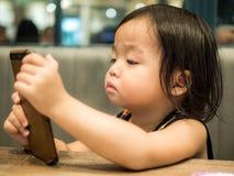 Kleinkind spielt mit Handy lizenzfreie stockfotos