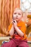Kleinkind spricht über Handy Stockfotografie