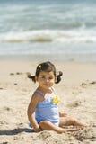 Kleinkind am Strand Stockbilder