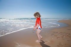Kleinkind am Strand gehend zum Ozean Stockfoto