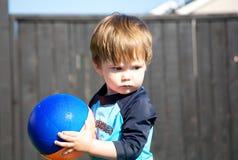 Kleinkind und eine Kugel Lizenzfreie Stockfotos