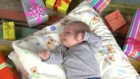 Kleinkind und Geschenkboxen stock video footage