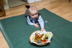 Kleinkind und Korb mit Süßigkeit stockfotos