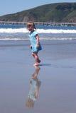 Kleinkind und Reflexion auf Strand lizenzfreie stockfotos