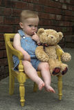 Kleinkind und Teddybär stockbilder