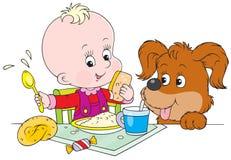 Kleinkind und Welpe am Abendessen Stockbilder