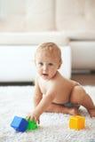 Kleinkind zu Hause Stockfotos