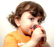 Kleinkindbaby, das lange Wimpern der so blauen Augen eines Spielzeugs hält Stockfotos