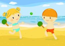 Kleinkinder, die Schläger auf dem Strand spielen Stockbild