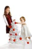 Kleinkinder mit einem Weihnachtsbaum Stockfotografie