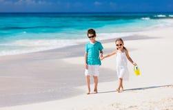 Kleinkinder am Strand Stockbild