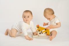 Kleinkinder und Schwingpferd Stockfoto