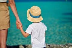 Kleinkindjunge auf Strand mit Mutter lizenzfreies stockfoto