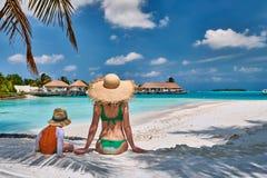 Kleinkindjunge auf Strand mit Mutter lizenzfreie stockbilder