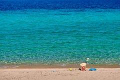 Kleinkindjunge auf Strand mit Mutter stockfotografie