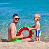 Kleinkindjunge auf Strand mit Vater lizenzfreies stockbild