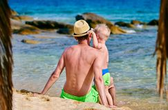 Kleinkindjunge auf Strand mit Vater lizenzfreie stockfotos