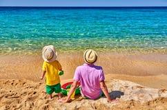 Kleinkindjunge auf Strand mit Vater lizenzfreie stockfotografie