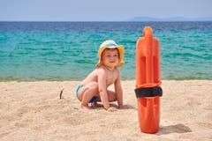 Kleinkindjunge auf Strand stockfotografie