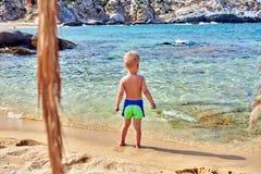 Kleinkindjunge auf Strand lizenzfreies stockfoto