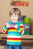Kleinkindjunge, der Fotos mit photocamera, zuhause macht Lizenzfreie Stockfotografie