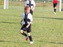 Kleinkindjunge, der Fußball spielt stockbild