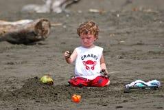 Kleinkindjunge, der im Sand spielt Lizenzfreie Stockfotos