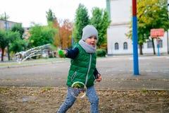 Kleinkindjunge, der mit Seifenblasen spielt Stockbild