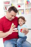 Kleinkindjunge, der mit seinem Vater spielt Lizenzfreie Stockfotos