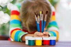 Kleinkindjunge, der Schulausrüstung hält Zurück zu Schule Lizenzfreie Stockbilder