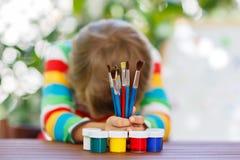 Kleinkindjunge, der Schulausrüstung hält Zurück zu Schule Lizenzfreies Stockfoto