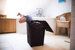 Kleinkindjunge in einer gefährlichen Situation im Badezimmer Stockfotografie