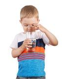 Kleinkindjunge halten Glas mit Schmelzwasser Lokalisiert auf Weiß Lizenzfreie Stockbilder