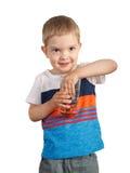 Kleinkindjunge halten Glas mit Schmelzwasser Lokalisiert auf Weiß Lizenzfreie Stockfotografie