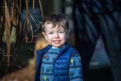 Kleinkindjunge im Garten stockfotografie