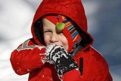 Kleinkindjunge im Schnee Stockfoto