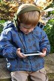 Kleinkindjunge mit Smarttelefon Stockbild