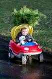 Kleinkindjunge mit Weihnachtsbaum lizenzfreie stockfotos