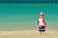 Kleinkindjunge mit zwei Jährigen, der auf Strand geht lizenzfreies stockbild