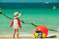 Kleinkindjunge mit zwei Jährigen, der auf Strand geht stockbilder