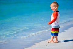 Kleinkindjunge mit zwei J?hrigen, der auf Strand geht lizenzfreie stockbilder