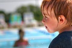 Kleinkindjunge am Swimmingpool Lizenzfreie Stockbilder