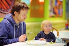 Kleinkindjunge und sein Vater am Café Lizenzfreies Stockbild