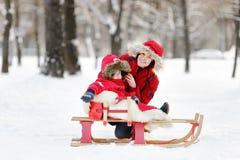 Kleinkindjunge und seine Mutter, die Spaß im Winter haben Stockbild