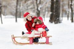 Kleinkindjunge und seine Mutter, die Spaß im Winter haben Stockbilder