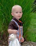 Kleinkindjunge und Spielzeuglamm Stockfoto